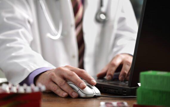 Bijwerken elektronische dossiers kost zorgmedewerkers halve dag per week