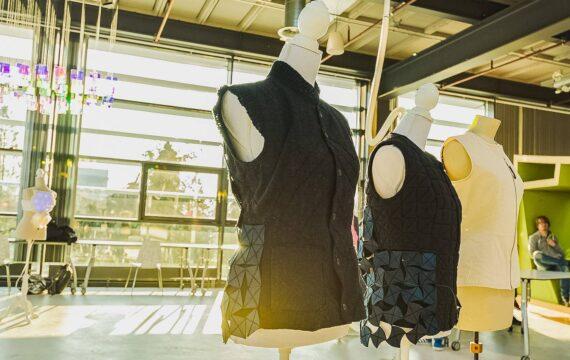 Onderzoeksters Geke Ludden en Angelika Mader (Universiteit Twente) en modeontwerpster Hellen van Rees kwamen met het idee voor een houdingsondersteunend robotvest. (Beeld: Universiteit Twente).