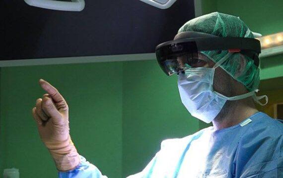 Neurochirurgen navigeren 3D door hersenen met HoloLens