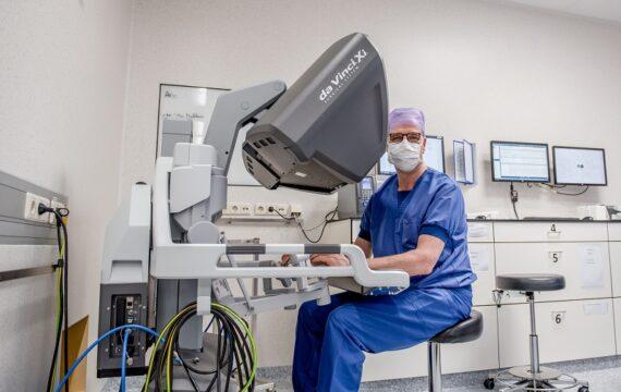 Catharina Ziekenhuis laat live operatie met robot zien