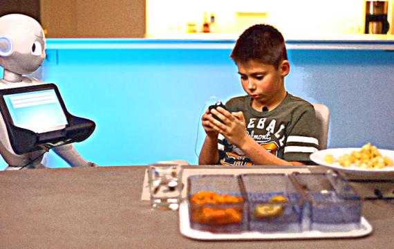 Onderzoekers laten sociale robot kinderen met diabetes begeleiden