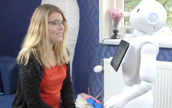 Sociale robot Phi vult zorgproces aan
