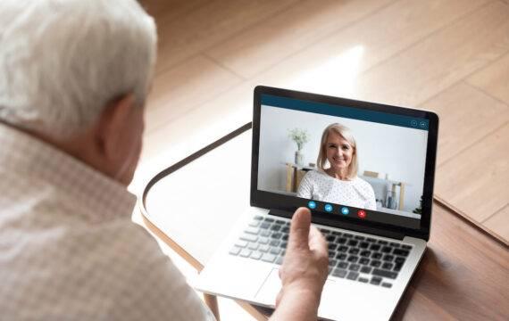 Raad van Ouderen: bevorder beeldbellen en belcirkels