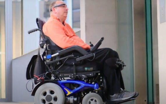 Welzorg vergoedt innovatieve Smartglass rolstoelbesturing