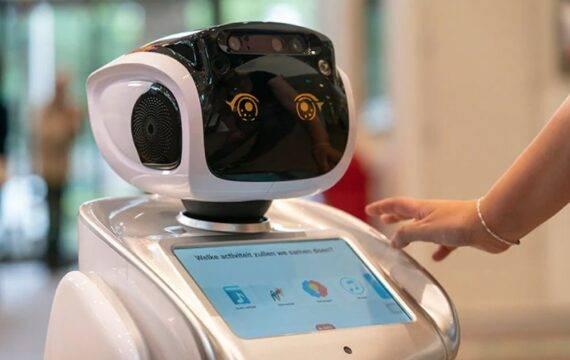 Zorgrobot SARA werkt samen met Sonevo zorgplatform