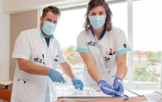 Vaatchirurgen ETZ helpen patiënt met thuisbehandeling