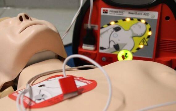 AI kan de AED en defibrillator slimmer maken